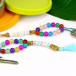 Avec des jolies perles, un peu de fil et quelques pompons nous allons fabriquer des portes-clés avec prénoms personnalisables.    Un cadeau idéal à offrir pour la fête des mères!