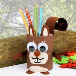 Découvrez un bricolage facile qui permettra aux enfants de transformer un simple pot à crayons en écureuil à l'aide de peinture et de papier ! Un bricolage idéal pour l'automne, à réaliser en classe ou à la maison !