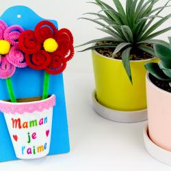 Dans cette activité les enfants découvriront une méthode facile pour fabriquer des jolies fleurs avec des chenilles et des pompons!    Nous compléterons l'activité en décorant un pot de fleur en carton et une planchette en bois afin d&#3