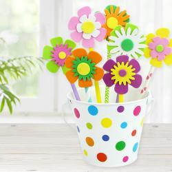 Pour cette activité les enfants utiliseront un seau, des gommettes, des pailles en carton et des fleurs en caoutchouc afin de fabriquer un magnifique pot de fleurs.    Ce pot de fleurs fera une jolie décoration pour la maison, mais il pourra égal