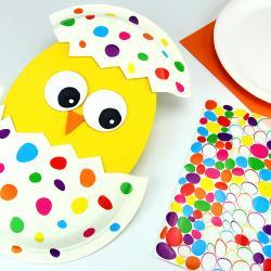 Avec un peu de papier, une assiette en carton et des jolies gommettes nous allons vous montrer comment fabriquer un poussin mignon.    Une activité de Pâques facile et amusante pour les enfants dès le plus jeune âge !
