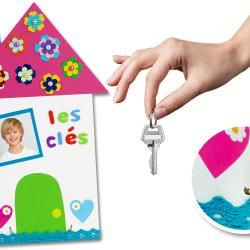 Lors de cette activité les enfants transformeront un simple support en bois en un range-clés mural représentant une jolie maison colorée.    Un cadeau mignon et pratique à offrir à son papa ou à sa maman pour la fête des parents !