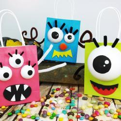 Une activité manuelle pour Halloween qui consiste à transformer des petits sachets en papier kraft en monstres rigolos avec des grands yeux globuleux. En plus de s'amuser à fabriquer les monstres, les enfants pourront également se servir des sachets l