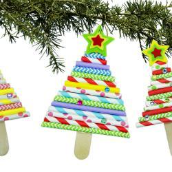 Découvrez une activité facile qui permettra aux enfants de fabriquer des petits sapins à accrocher dans le grand sapin de Noël ! Et tout cela en utilisant simplement des bâtonnets en bois et des pailles en carton.     Un bricolage de Noël simp