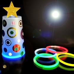 Dans cette activité de Noël, nous allons utiliser des gobelets en plastique translucide, des jolis stickers métallisés ainsi que des bracelets lumineux pour fabriquer des sapins originaux pour décorer la maison !    Une activité facile que les