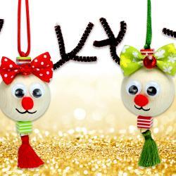 Avec de grosses perles en bois nous allons fabriquer des petits rennes mignons à accrocher dans le sapin de Noël !    Une activité créative facile et originale à faire avec les enfants cet hiver.