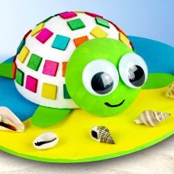 Découvrez une super activité créative à faire avec les enfants pour l'été !    Avec des demi-boules en polystyrène, des mosaïques en bois, de la peinture, des coquillages et quelques accessoires les enfants s'amuseront pendant de longues heur