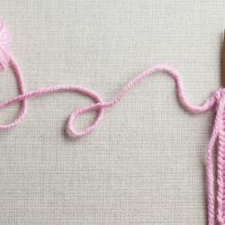 Pour démarrer dans le tricot et réaliser un ouvrage avec des aiguilles, la 1ère étape sera de monter les mailles. Voici un petit tuto illustré pour apprendre à monter des mailles, ensuite vous pourrez tricoter bonnets, écharpes, snood, pull ... Le
