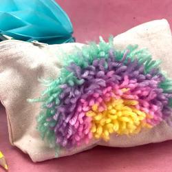 """Customisez une trousse de maquillage ou d'école avec un peu de laine ! Avec une grille de canevas et un crochet on fait des petits nœuds de laine pour créer un joli motif. C'est ce qu'on appelle """"point noué"""", très facile cette technique amuser"""