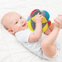 La balle de préhension Montessori est connue pour jouer un rôle déterminant dans le développement de la motricité de bébé.