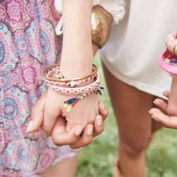 Bijoux mode d'emploi : Les petits et les grands pourrons faire leur propres bijoux avec des perles, des boutons de nacre ou de la pâte à modeler à cuire. L'art du bracelet brésilien n'aura plus de secret ! Retrouvez des idées de bijoux simples à faire ave