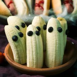 Une recette très facile et très rapide à réaliser que les enfants adoreront. Cette recette est parfaite pour organiser un goûter ou un repas d'Halloween. De plus c'est une recette saine !