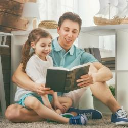 """Vous cherchez une """"citation papa"""" ? Voici toutes nos citations et nos jolis textes sur le thème des papas. Idéal pour un anniversaire ou la Fête des pères."""