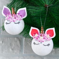 Cette boule de Noël licorne est trop mignonne est absolument parfaite pour apporter une touche kawaï et moderne à votre sapin. Une bonne idée déco pour un anniversaire licorne !
