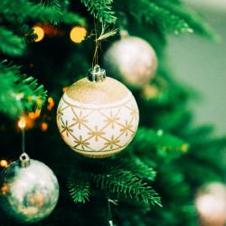 La boule de Noël fait partie des objets de décoration indispensables pour Noël !  Les enfants adorent suspendre des boules aux branchages de l'arbre de noël et un peu partout dans la maison. Découvrez toutes nos idées créatives et fabriquez vos b