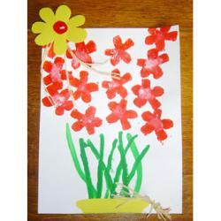 Réaliser un tableau bouquet de fleurs peintes au tampon en pomme de terre. Activité de bricolage pour réaliser une composition bouquet de fleur avec un tampon à la pomme de terre et du carton ondulé.