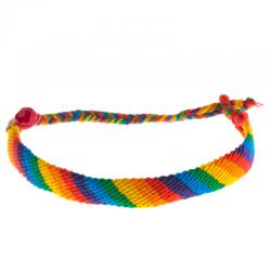 le bracelet bresilien, le bracelet de l'amitié. Un bracelet toujours à la mode et si simple à réaliser qu'on se demande pourquoi l'acheter ! Il te suffit de quelques fils de coton et d'un peu de temps pour fabri
