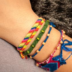 Activité pour réaliser des bracelets brésiliens ou bracelets de l'amitié.  Des bracelets de coton à tresser en vacances ou toute l'année, seule ou avec les copines. Les bracelets brésiliens dits de l'amitié peuvent aussi s'échanger. Ces bracelets