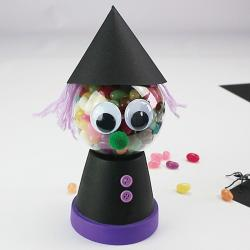 Halloween est l'occasion de faire la fête avec vos petits monstres ! Se déguiser, se maquiller, colorier, découper, coller : retrouvez des centaines d'idées pour fabriquer toutes les créatures fantastiques et monstrueuses que vos enfants aiment. Vous trou