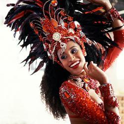 Des idées de bricolage simples et expliqués à faire avec les enfants pour préparer des masques, des chapeaux ...  et autre élément de déguisement sur le thème du Carnaval de Rio.