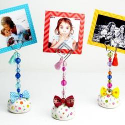 Vous recherchez un cadeau fête des pères à fabriquer les enfants ? Parce que les photos font toujours plaisir à recevoir, nous vous proposons un dossier avec des idées cadeaux avec des photos. De quoi se rappeler les bons moments en famille et toucher pap