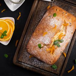 Cake aux écorces d'orange coupées en lamelles. Tous les enfants n'aimeront pas les écorces d'orange, mais il n'y a aucune raison pour qu'ils n'aident pas à la préparation de ce cake inhabituel.