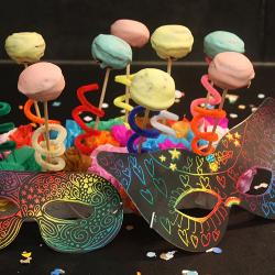 Des petits gâteaux au chocolat sur des bâtonnets pour un goûter festif