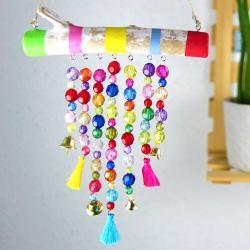 Grâce à des branches de bois flotté, de la peinture, du fil et des jolies perles les enfants vont s'amuser à fabriquer des jolis carillons pour décorer la chambre ou n'importe quelle autre pièce de la maison. On vous explique tout dans ce to