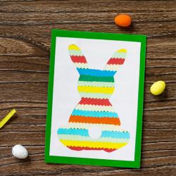 Voici un carte de Pâques maternelle avec un joli lapin de Pâques multicolore. Une activité que les plus petits vont adorer