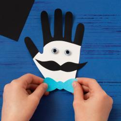 Comment une carte pour la Fête des pères en forme de main ? Découvrez comment faire notre carte Monsieur Papa en forme de main en suivant notre pas-à-pas
