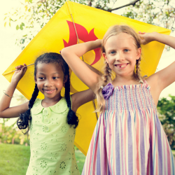 La plus ancienne machine volante inventée par l'homme fascine toujours autant les enfants qui adorent courir dans le jardin et voir virevolter leur cerf-volant. Découvrez comment fabriquer un joli cerf-volant de petite taille 100% fabriqué maison.