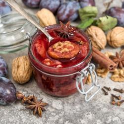 Le chutney est une sorte de marmelade anglaise caractérisée par l'ajout de vinaigre qui lui donne une saveur sucrée salée très caractéristique. Le chutney à l'orange et aux oigno