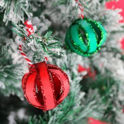 Une décoration de Noël en récup'. Une DIY pas cher facile et joli à faire avec les enfants pour Noël. Utilisez un rouleau de papier toilette, de la peinture et des paillettes afin de réaliser rapidement cette petite boule de Noël vraiment très mignonne!