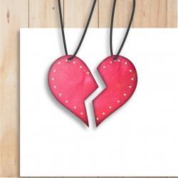 Ce collier de l'amitié DIY est fait en pate a sel et est à offrir à sa meilleure amie ou son meilleur ami. Ce collier est séparé en deux parties, une partie que l'enfant gardera et l'autre qu'il offrira. Ce collier est à personnaliser et sera très appréci