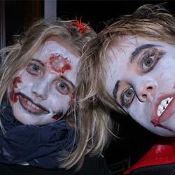 Le faux sang est très facile et rapide à fabriquer. Voici notre meilleure recette de faux sang à fabriquer avec les enfants ! Une bonne idée de maquillage si vos enfants veulent se déguiser en vampire ou en zombie pour halloween.