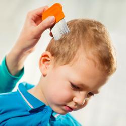 Mon enfant a des poux, comment etre sur que mon enfant a des poux ? Comment faut-il inspecter la chevelure de mon enfant. Beaucoup de parents redoutent l'arrivée des poux lors de la rentrée scolaire, voici comment savoir si votre enfant a des poux