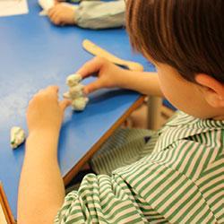 La pâte à sel est une activité simple, économique et accessible aux enfants dès 2 ans ! Pour de beaux objets, il vous faudra bien travailler votre pâte. Retrouvez tous conseils pour travailler avec la pâte à sel. Support, outils, modelage : une foule de c
