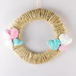 La couronne de la Saint Valentin de Tête à modeler est une jolie couronne en laine pleine de petits coeurs  en laine.