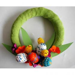 Couronne de Pâques décorée d'oeufs de toutes les couleurs