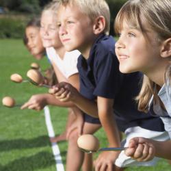 Course a l'oeuf : Chaque enfant pose un oeuf dans une cuillère avant de prendre le départ de la course. Retrouver les règles du jeu de la course à l'oeuf pour animer les jeux de plein air et les fêtes