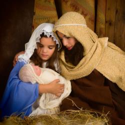 La crèche au sens strict est une auge, une mangeoire des animaux, c'est dans cette mangeoire que d'après la Bible Jésus a été placé à sa naissance. Par extension, la cr&egrav