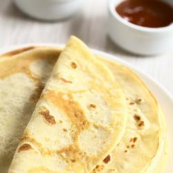 Recette de pâte à crêpes légères et à valeur calorique réduite. Ces crêpes sont moins moelleuses que les crêpes classiques, mais elles permettent aux personnes