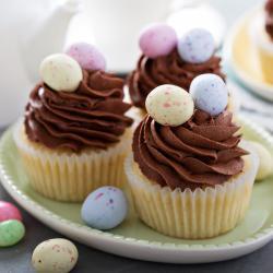 Une recette de cupcake classique sans chocolat à préparer avec ou sans garniture à la crème. Ce cupcake est aussi bon avec que sans garniture, que vous n'aimiez pas les garnitures ou que vous n'ayez pas le temps d'en faire une. Le cupcake, recette cla