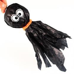 Créez vos décorations d'Halloween pour transformer votre maison en manoir hanté pour halloween. Cette decoration a suspendre pour halloween a la forme d'un fantome et sera parfaite pour accueillir les enfants à halloween lors de la chasse aux bonbons. C'e