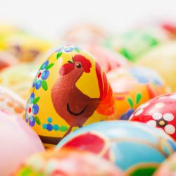 Des idées de décoration des oeufs de Pâques. Retrouvez des idées de décoration pour vos bricolages autour des oeufs de Pâques : des bricolages pour préparer des oeufs de Pâques décorés, des bricolages sur les oeufs pour les présenter ou les mettre en scèn