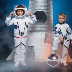 Vous cherchez une idée de déguisement sur le thème de l'espace pour votre enfant ? Voici sans plus attendre notre sélection et nos de déguisements avec des astronautes, des martiens, des personnages de science fiction et même des petits Buzz l'éclair