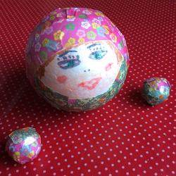 Un tutoriel pour décorer des boules de sapin de Noël avec les plus petits