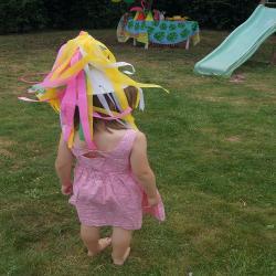 Activité de bricolage enfants pour réaliser des chapeaux arc-en-ciel