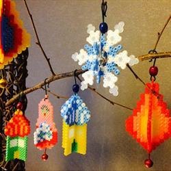 Un tutoriel facile et économique pour fabriquer des décorations de Noël avec des perles à repasser