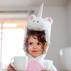 Vous cherchez une idée de déguisement licorne pour votre enfant ? Voici sans plus attendre notre sélection et nos idées. Robes, combis ou DIY, il y en a pour tous les goûts.